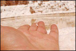 a coarse salt cristal - un grain de gros sel - Salinas Maras - Peru